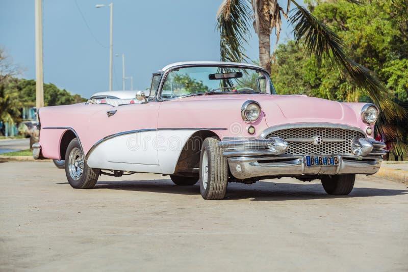 Vecchia automobile classica rosa & bianca d'annata immagine stock