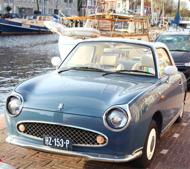 Vecchia automobile classica in un porto fotografia stock libera da diritti