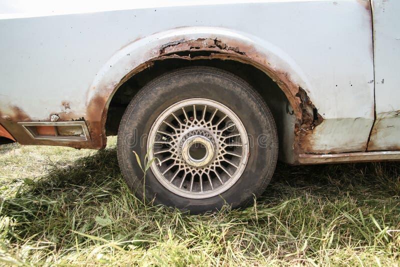 Vecchia automobile con ruggine sul corpo fotografie stock