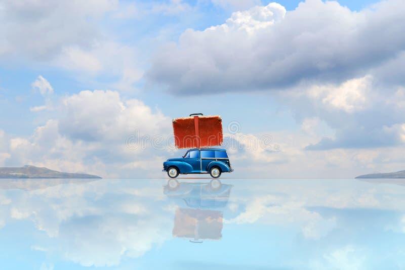 Vecchia automobile con una valigia sul tronco con la riflessione contro il cielo blu con le belle nuvole Copi il concetto di viag illustrazione vettoriale