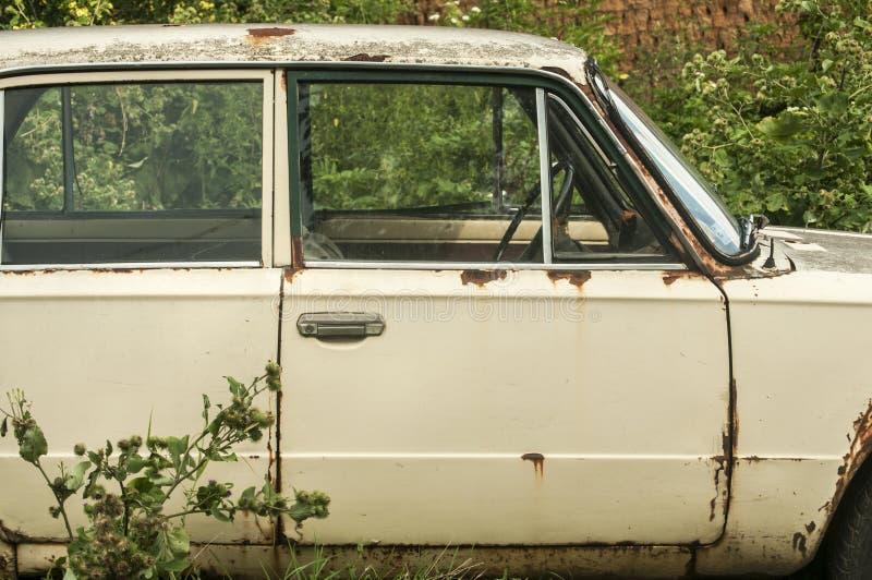 Vecchia automobile d'annata abbandonata immagine stock libera da diritti