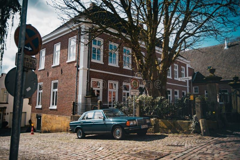 Vecchia automobile d'annata sulla via accogliente tedesca immagini stock libere da diritti