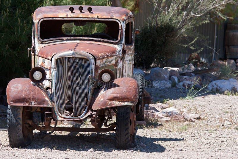 Vecchia automobile della roba di rifiuto nel deserto immagine stock libera da diritti