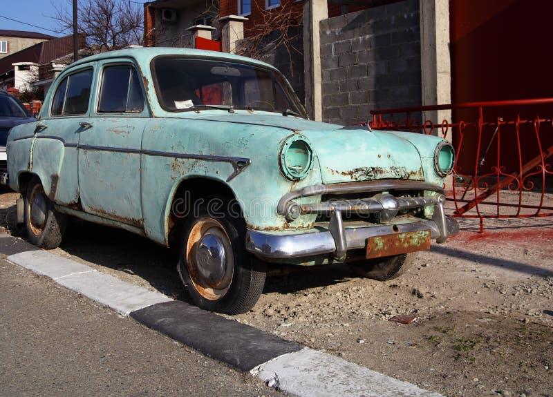 Vecchia automobile grungy scartata fotografie stock libere da diritti