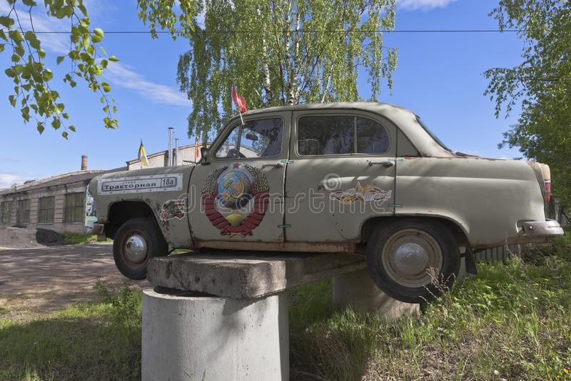 Vecchia automobile Moskvich-402 su un piedistallo improvvisato ad un parcheggio speciale sulla via del trattore in Vel'sk, region immagini stock libere da diritti