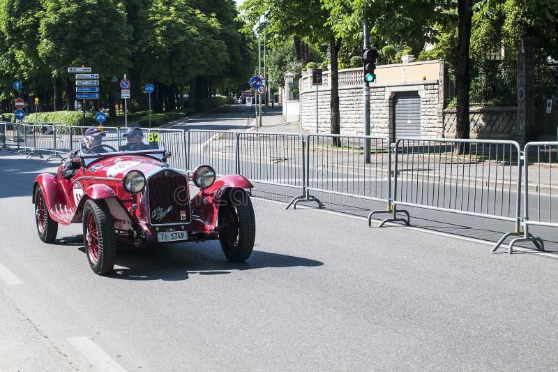 Vecchia automobile nella corsa di Mille Miglia immagine stock libera da diritti