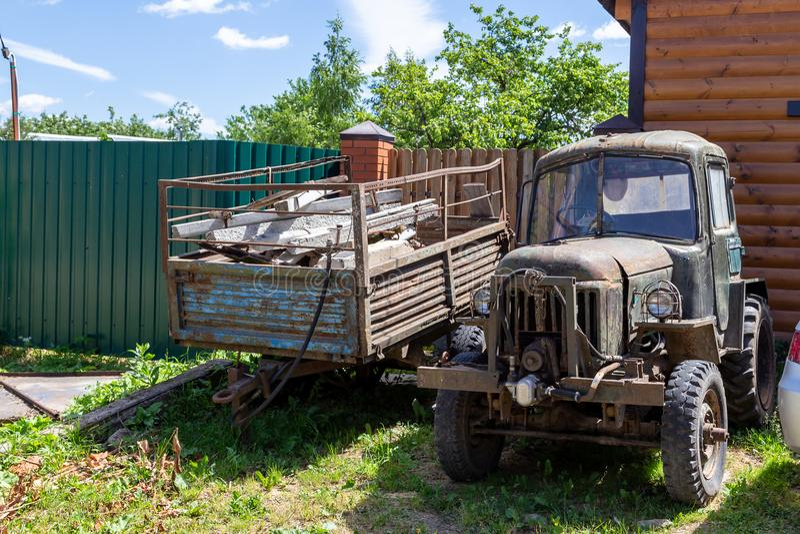 Vecchia automobile rovinata immagine stock libera da diritti