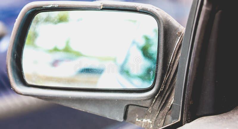 Vecchia automobile sporca con lo specchio laterale rotto fotografie stock libere da diritti