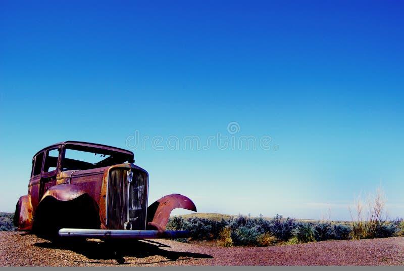Vecchia automobile sulla strada immagine stock
