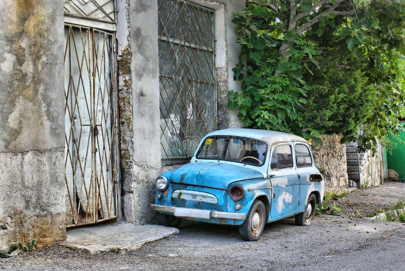 Vecchia automobile sulla via immagini stock