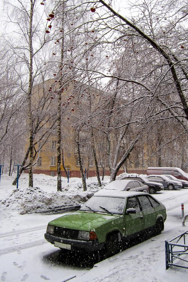 Vecchia automobile un giorno nevoso di inverno fotografia stock