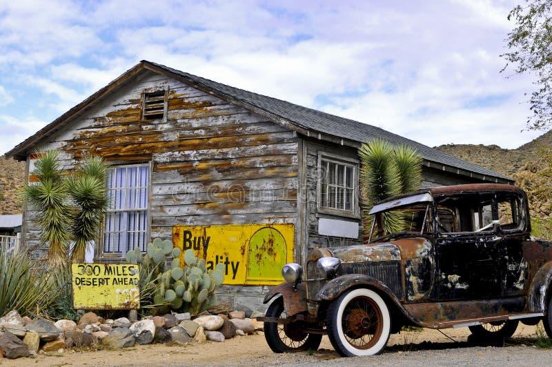 Vecchia automobile in un Hackberry della città fantasma immagine stock