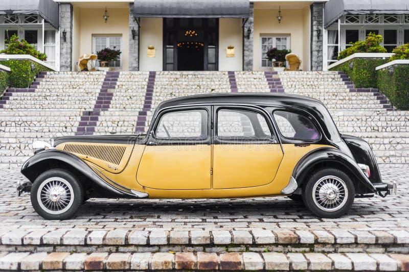Vecchia automobile, vista laterale immagini stock libere da diritti