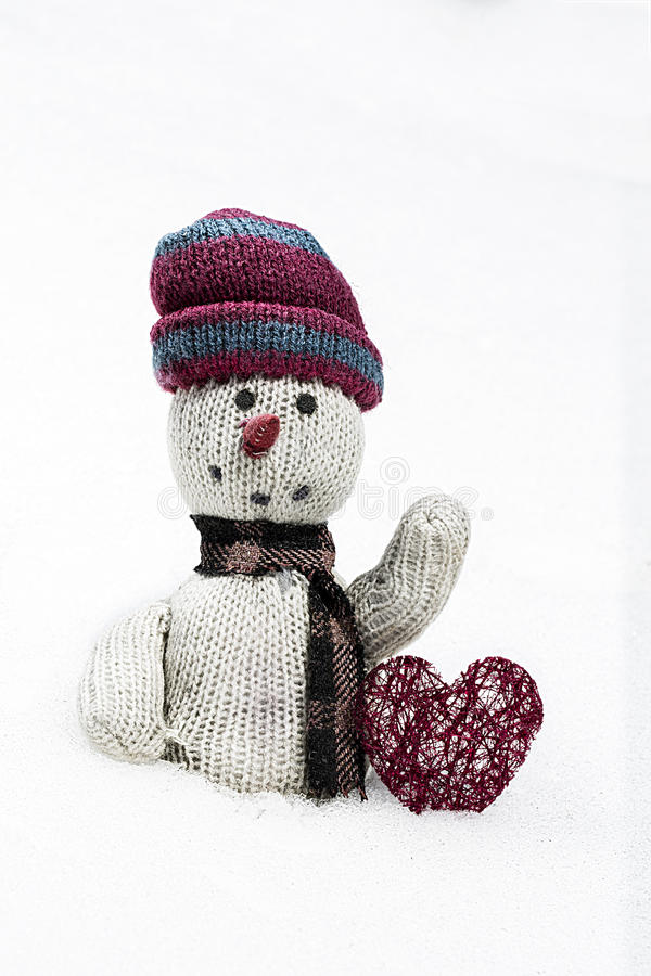 Vecchia bambola di straccio nella neve immagini stock