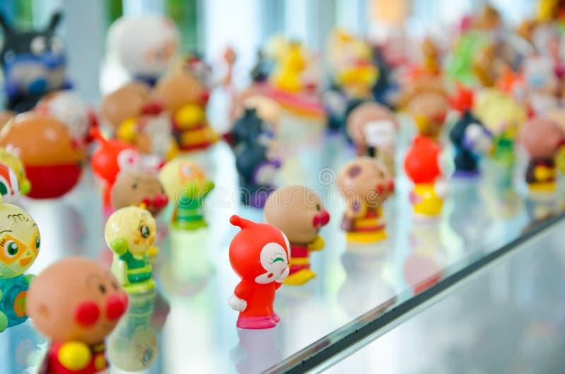 Vecchia bambola nel museo. immagini stock