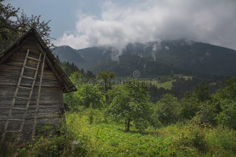 Vecchia baracca abbandonata del paese nella montagna fotografia stock libera da diritti