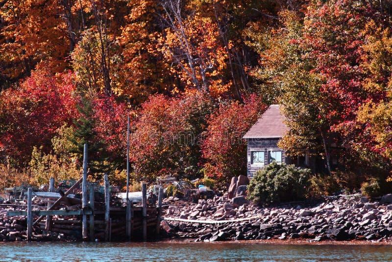 Vecchia baracca sulla riva del lago fotografia stock