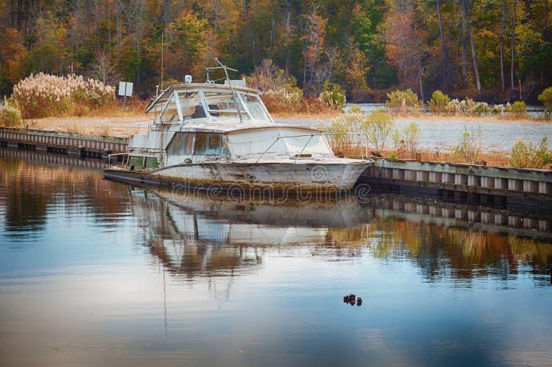 Vecchia barca d'affondamento immagini stock