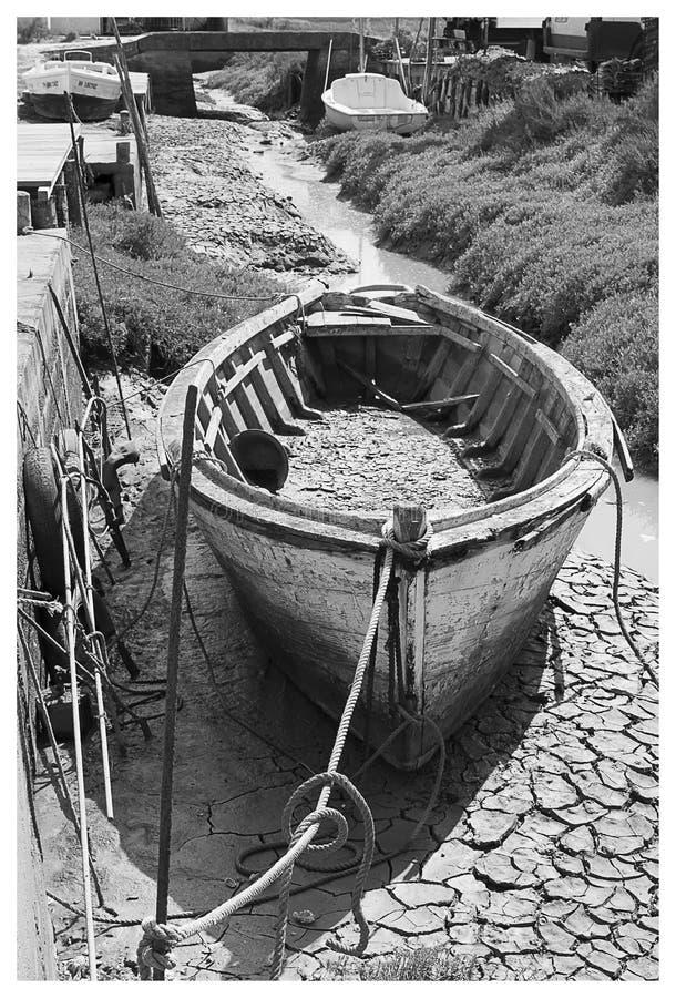 Vecchia barca di legno in bianco e nero fotografia stock libera da diritti