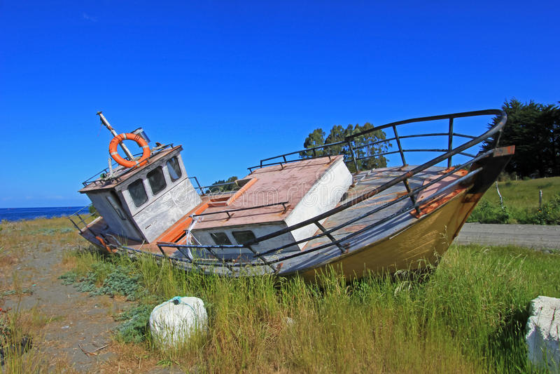Vecchia barca di legno, isola di Chiloe, Cile immagini stock