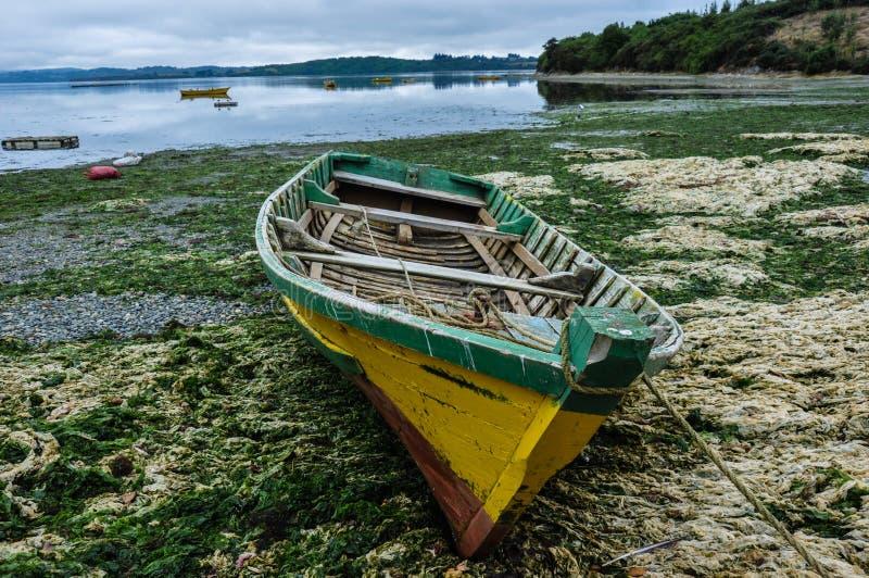 Vecchia barca di legno, isola di Chiloé, Cile fotografie stock libere da diritti