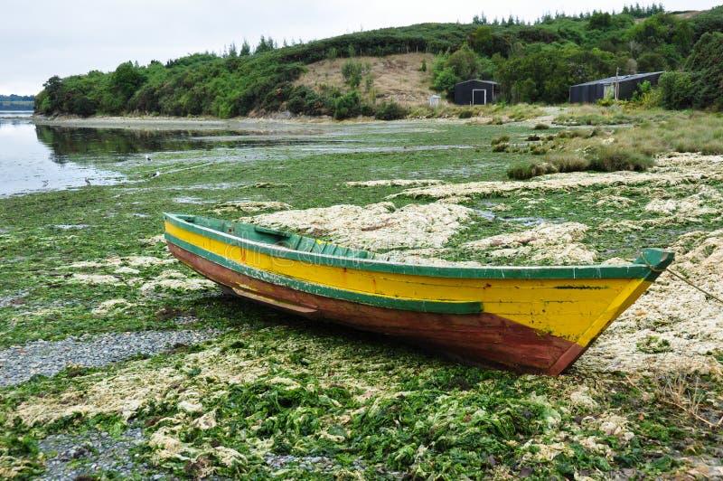 Vecchia barca di legno, isola di Chiloe, Cile fotografie stock libere da diritti