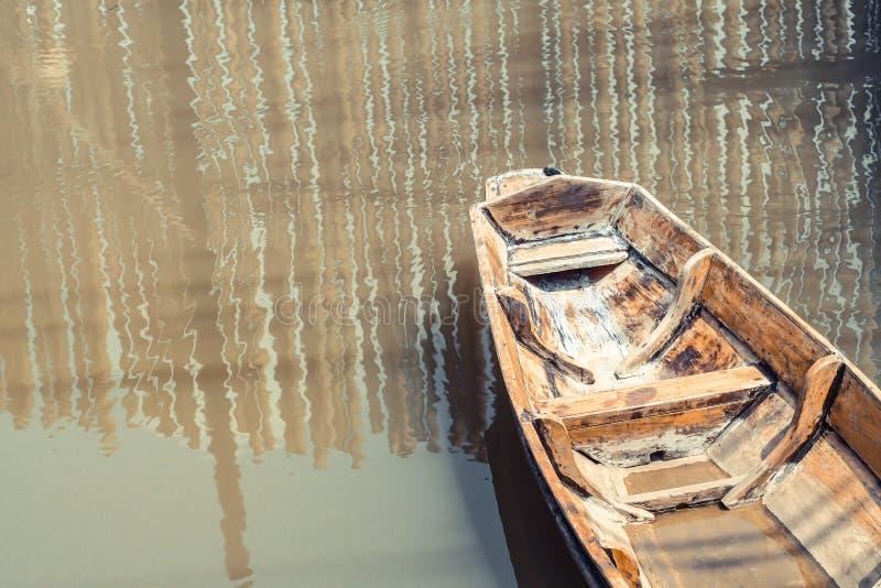 Vecchia barca di legno sola sullo stile di vita tradizionale suburbano della cultura del lago fotografie stock