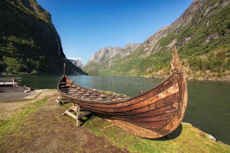 Vecchia barca di vichingo nel villaggio di Gudvangen vicino a Flam, Norvegia fotografia stock