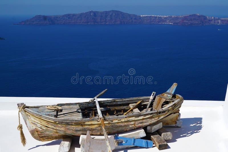 Vecchia barca in Imerovigli con la vista della caldera immagini stock libere da diritti