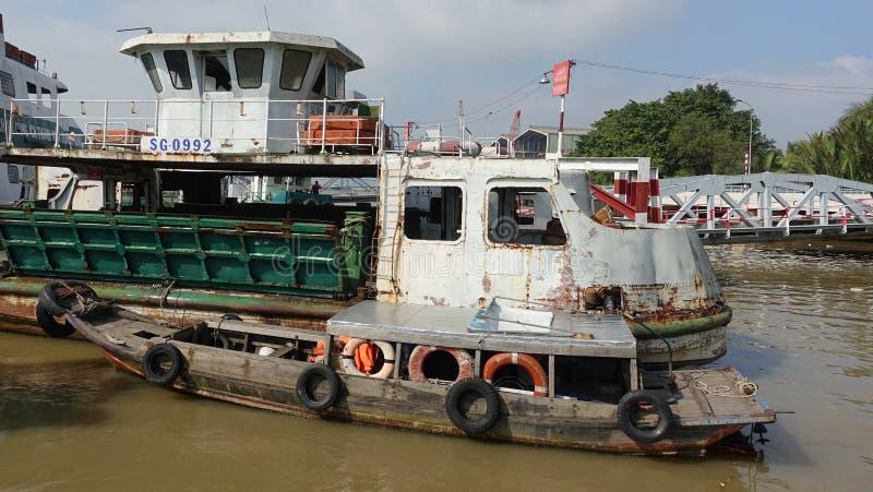 Vecchia barca nel porto di Cat Lai immagini stock