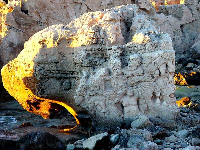 Download Vecchia barca in rocce fotografia stock. Immagine di europa - 214808