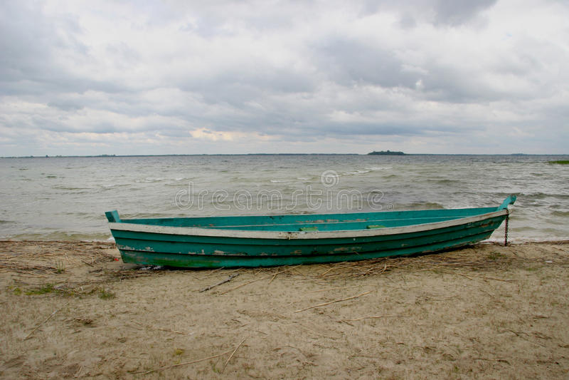 Vecchia barca sulla spiaggia fotografia stock