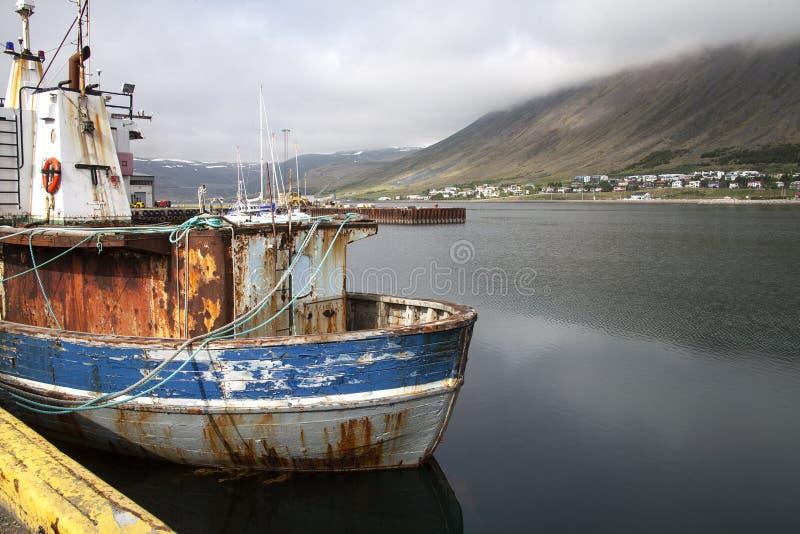 Download Vecchia barca in un porto immagine stock. Immagine di verniciato - 117976231