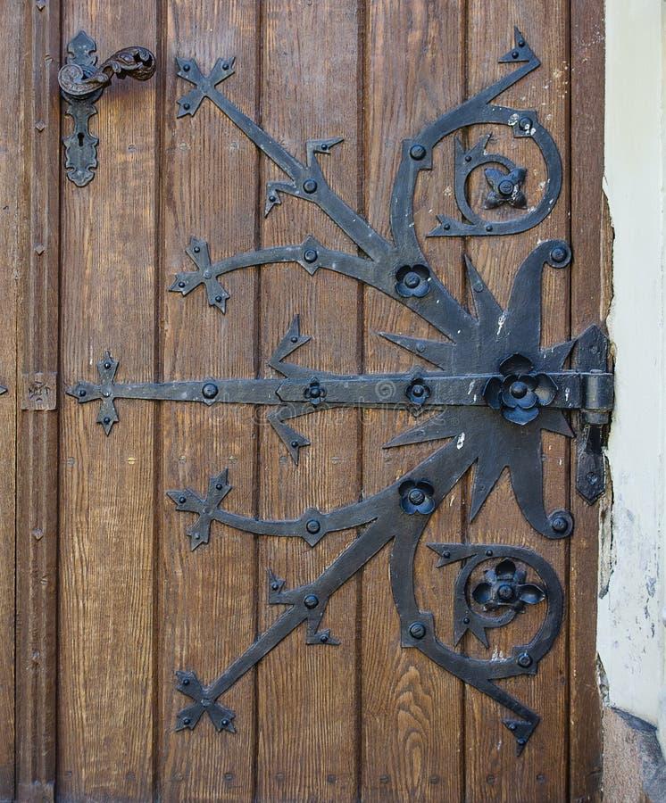 Vecchia bella porta chiusa Con gli elementi del metallo fotografie stock libere da diritti