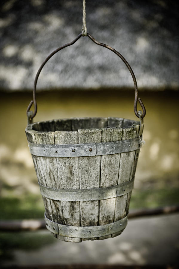 Vecchia benna di acqua fotografia stock