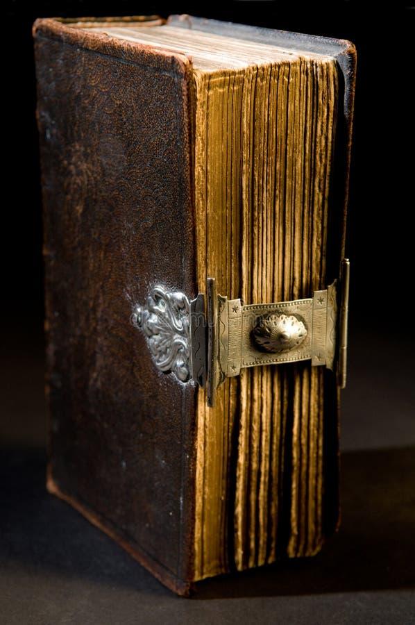 Vecchia bibbia sul nero fotografia stock