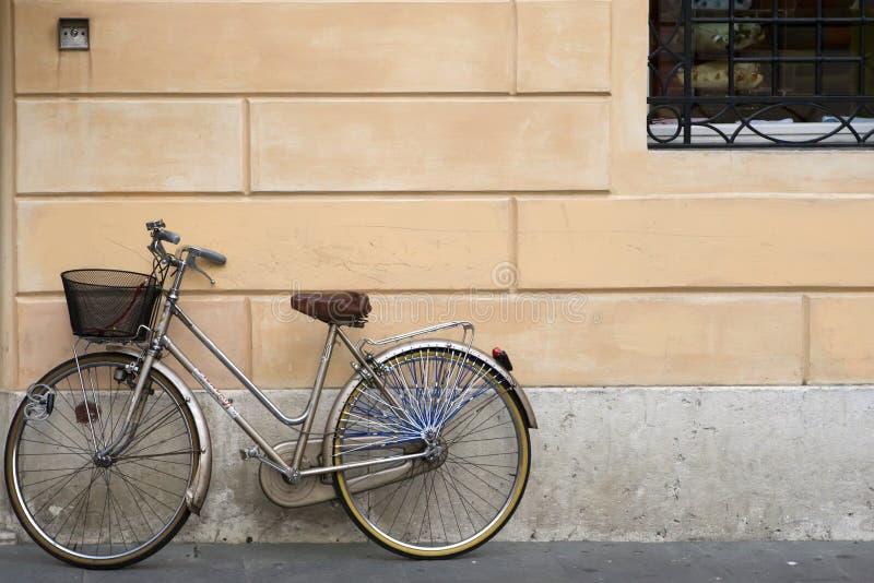 Vecchia bici grigia immagine stock