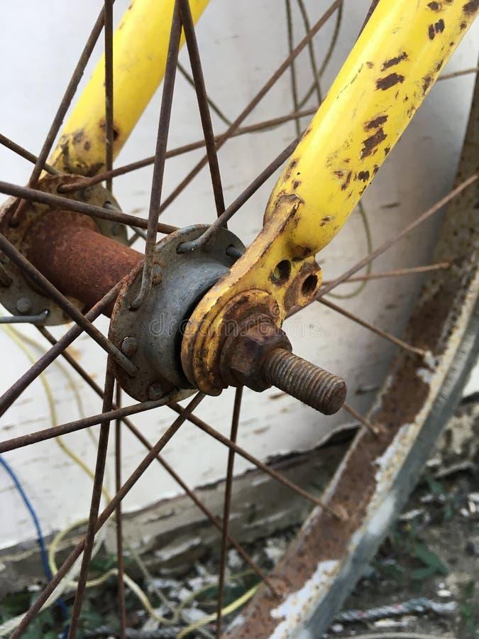 Vecchia bicicletta a catena arrugginita fotografia stock