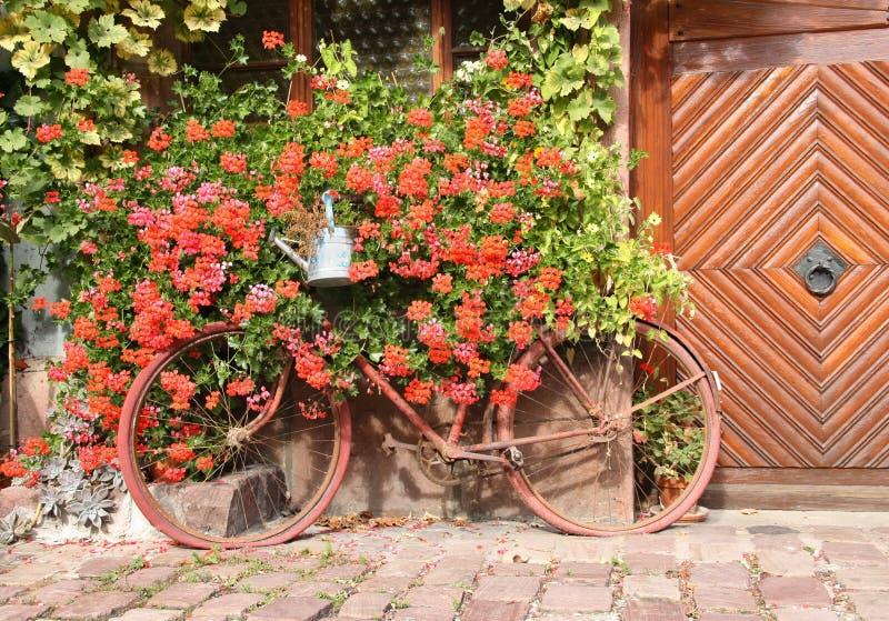 Vecchia bicicletta come decorazione della Camera immagine stock libera da diritti