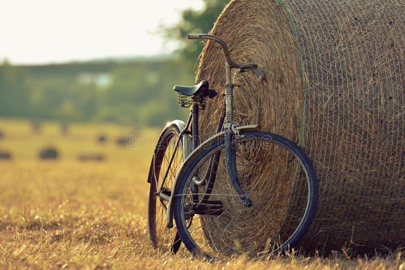 Download Vecchia Bicicletta Con La Balla Di Fieno Con Retro Effetto Fotografia Stock - Immagine di oltre, povero: 56890814