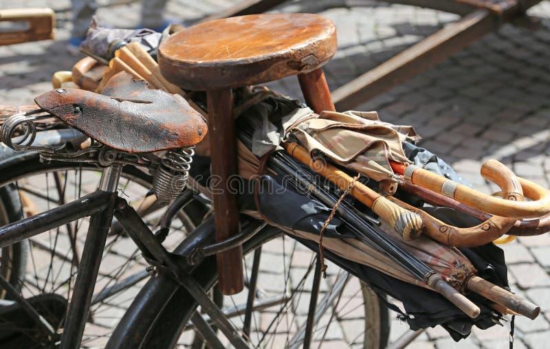vecchia bicicletta con molti vecchi ombrelli tagliati da riparare fotografie stock libere da diritti