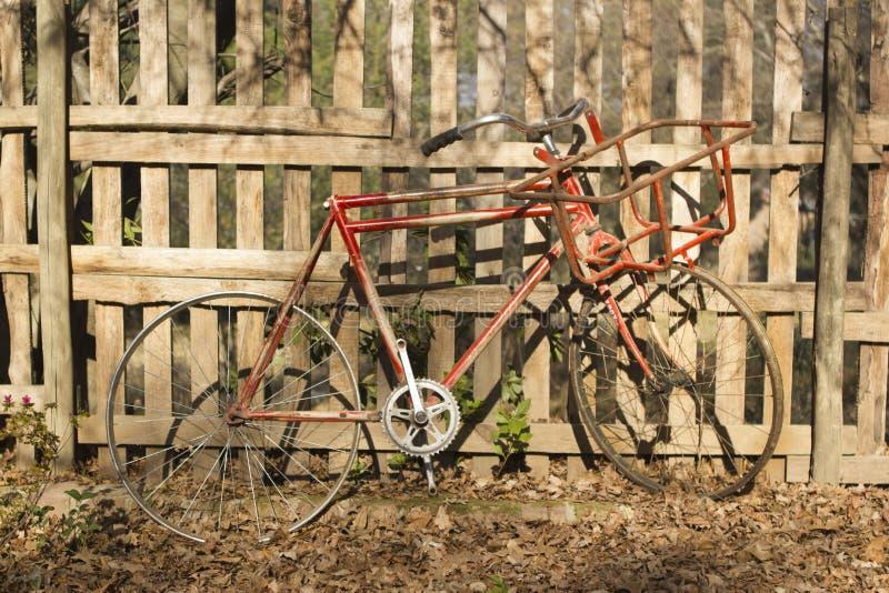Vecchia bicicletta d'annata contro un recinto di legno immagine stock libera da diritti