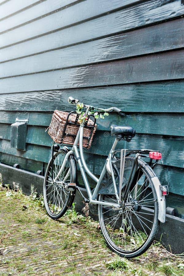 Vecchia bicicletta decorata con i fiori fotografie stock