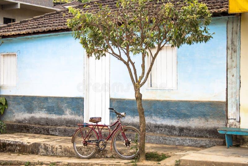 Vecchia bicicletta parcheggiata su una via immagine stock