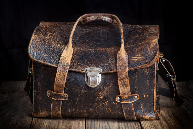 Vecchia borsa di cuoio su fondo di legno fotografie stock