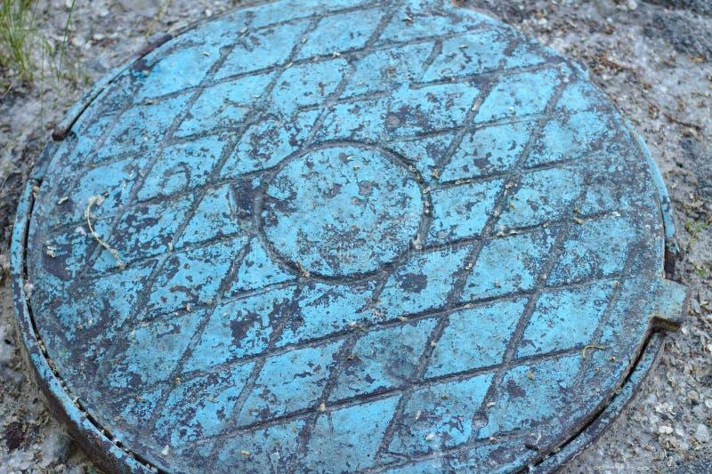 Vecchia botola blu Un modello del diamante sul vecchio metallo fotografie stock libere da diritti
