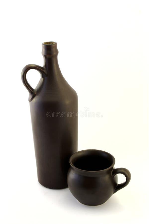 Vecchia bottiglia di vino con la tazza immagini stock libere da diritti