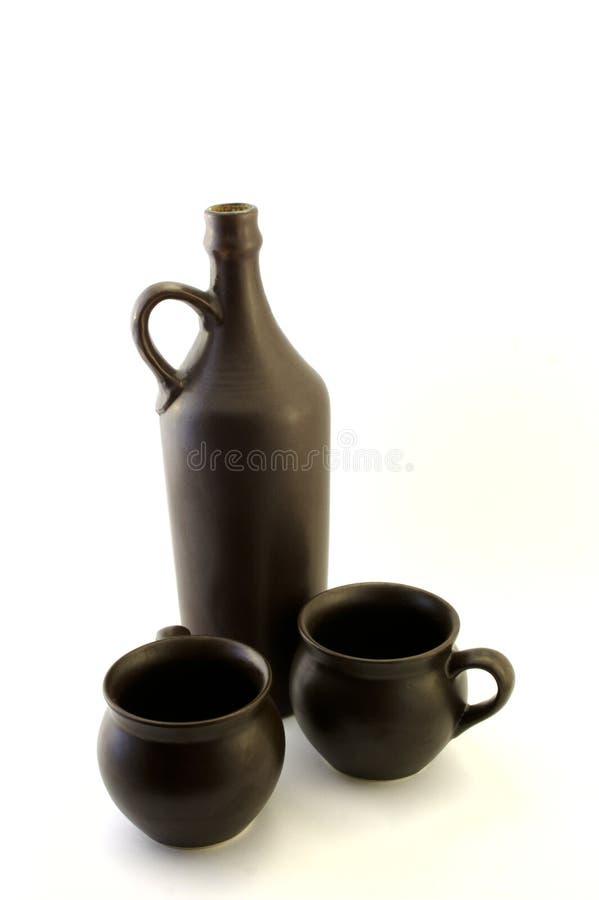 Vecchia bottiglia di vino con le tazze fotografia stock libera da diritti