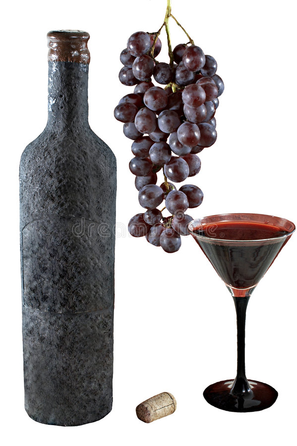 Vecchia bottiglia isolata di vino con una coppa piena di vino, il mazzo di uva ed il sughero immagini stock libere da diritti