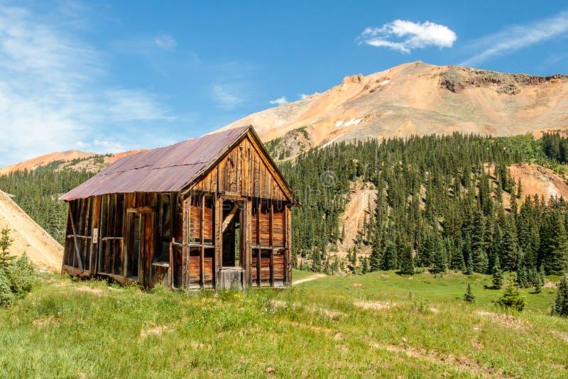 Vecchia cabina dei minatori sulla montagna rossa immagine stock